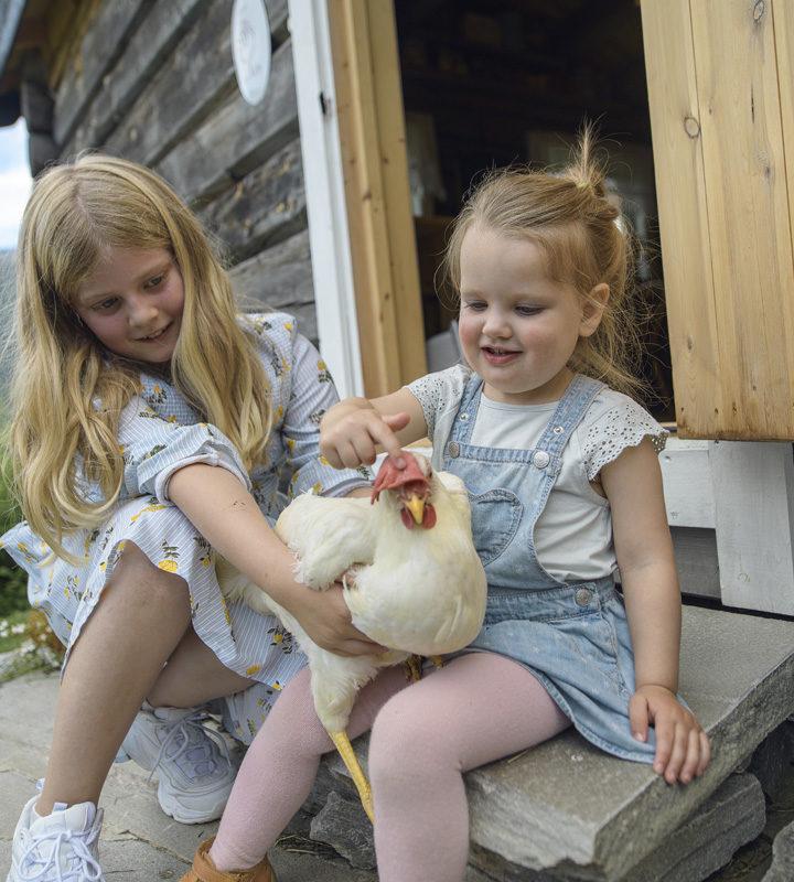 BArn med høne i Skjåk